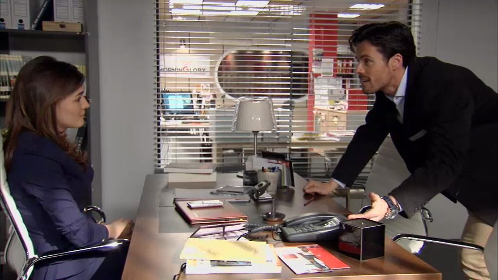 Carlos le ha hace chantaje a Natalia