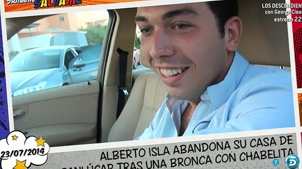 Alberto Isla abandona su casa sonriendo