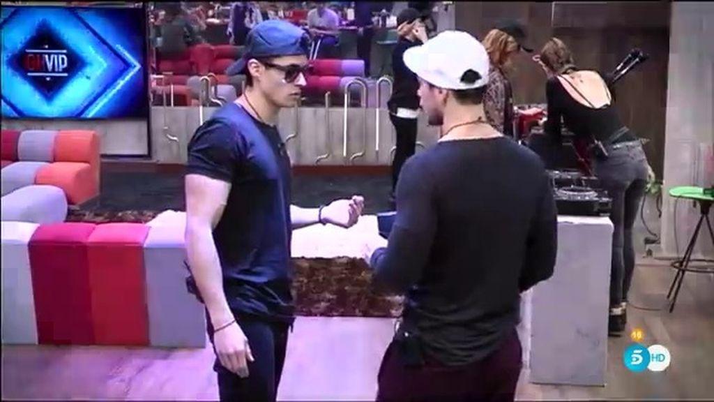 """Alejandro, a Javi: """"Te estabas quejando de la rodilla y ahora no paras de bailar"""""""