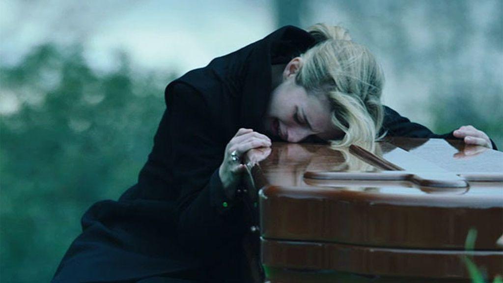 Virginia, destrozada en el entierro de su hija