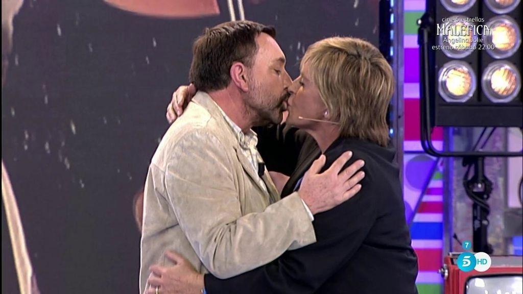¡El pasional beso de José Manuel Parada y Chelo García Cortés!