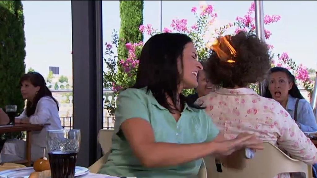 A Violeta, la hermana de Recio, se le va la pinza y le quema el pelo a una señora