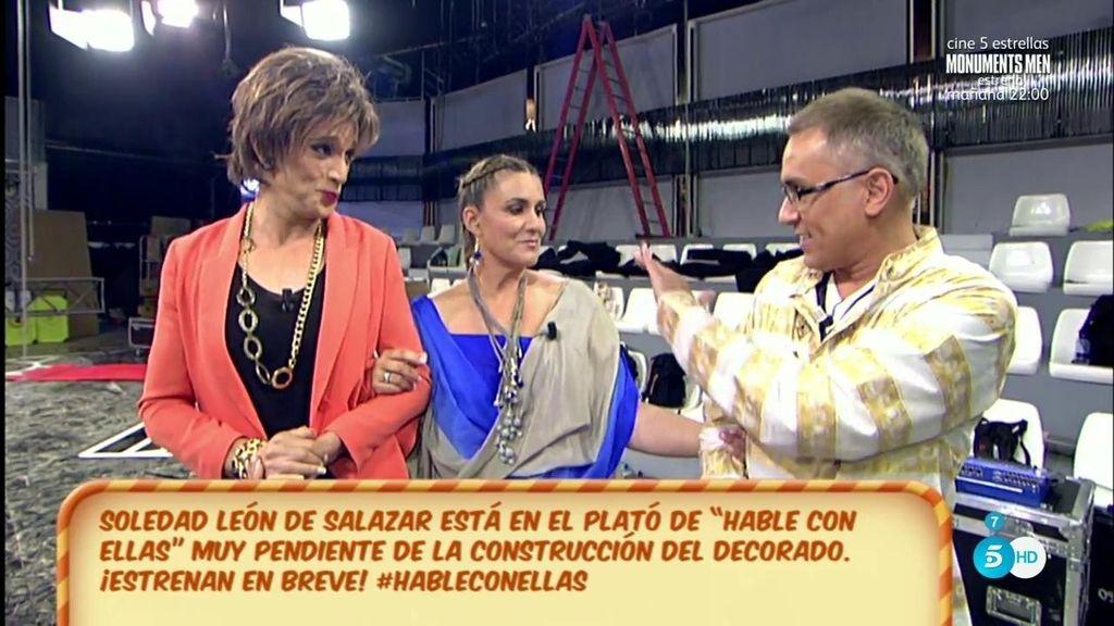 Soledad León de Salazar les enseña el plató de 'Hable con ellas' a Kiko H. y a Carlota