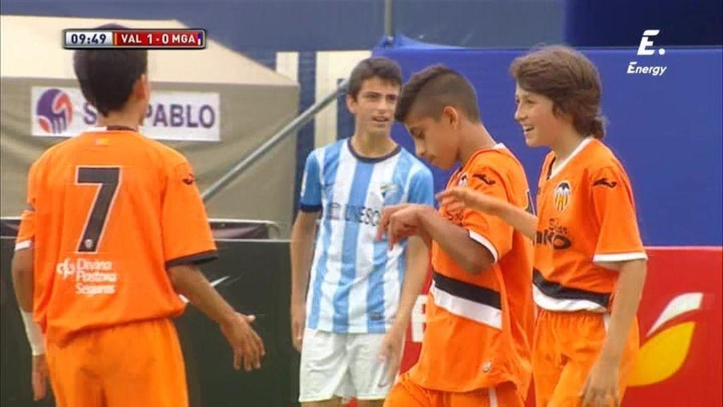 Ferhat encuentra un hueco por el palo corto para hacer el primero del Valencia