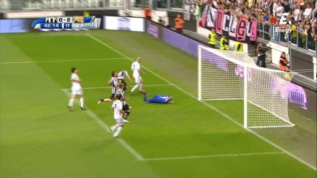 Zidane no perdona en el mano a mano y pica el balón ante la salida de  Taconi