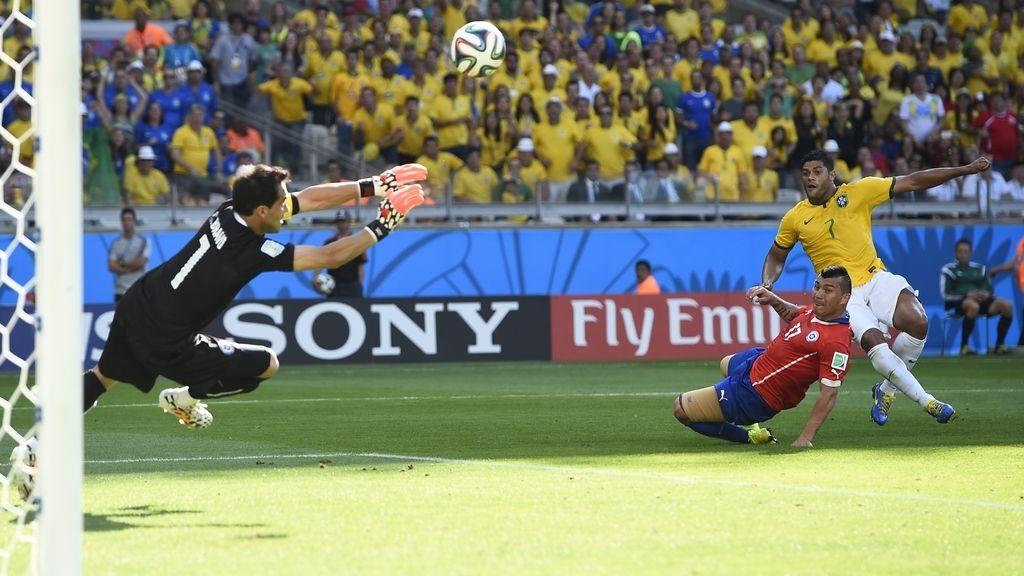 Bravo le saca a Hulk un potente disparo en una de las mejores paradas del Mundial