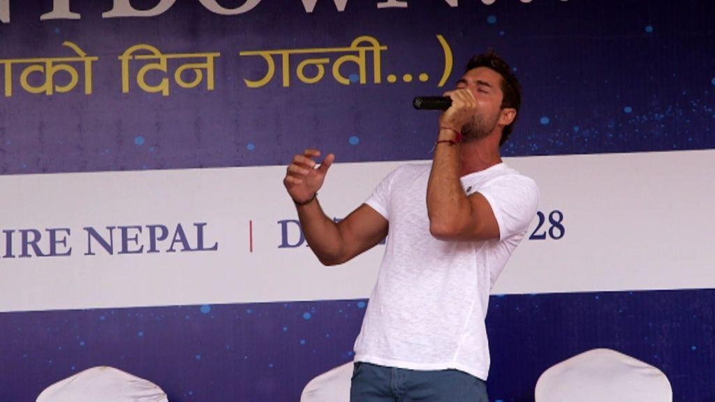David Bisbal canta a capella en pleno Katmandú para asombro de los nepalíes