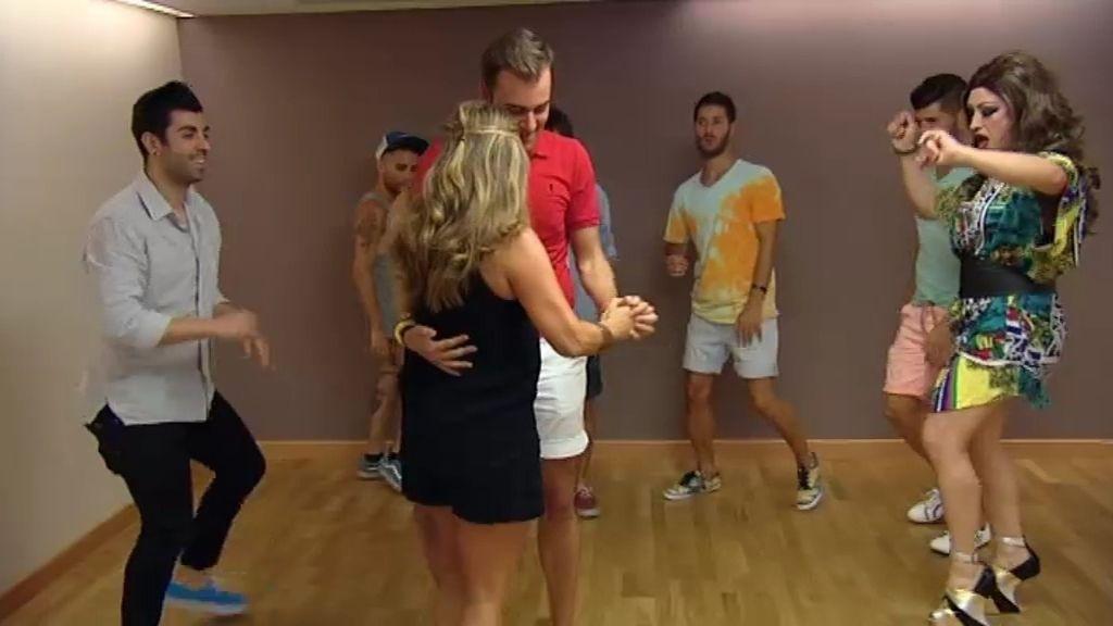 Belén pone a prueba el talento para el baile de los pretendientes de Roi