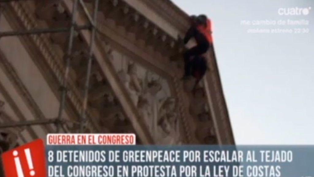Activistas de Greenpeace escalan el Congreso para protestar por la ley de costas