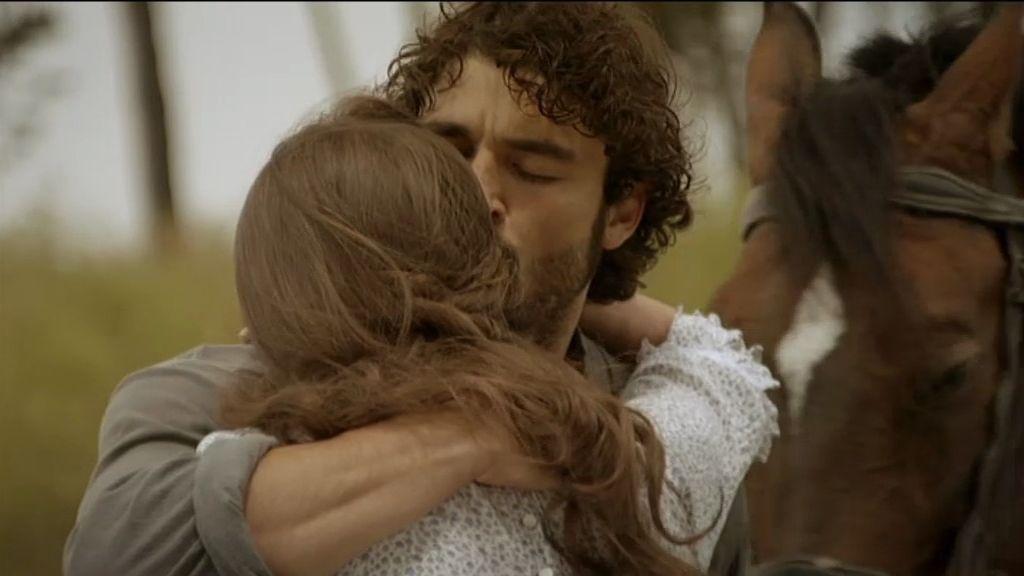 El abrazo de César y Almudena