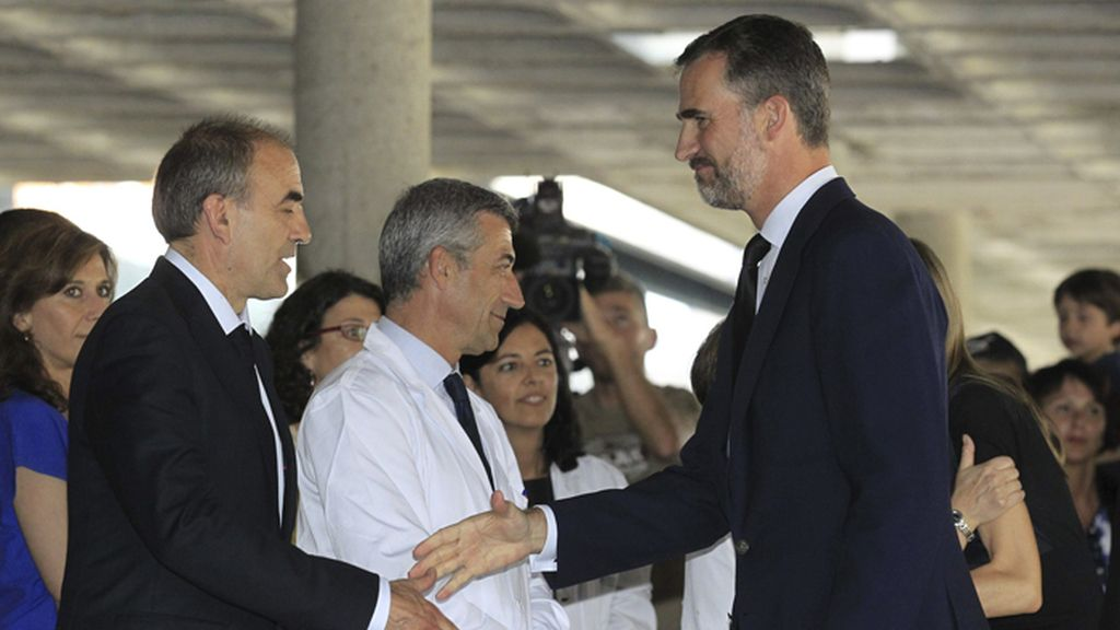 Los Príncipes de Asturias vistan a los heridos del accidente de Santiago