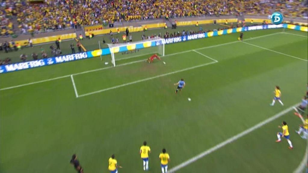Forlán falla un penalti ante Brasil