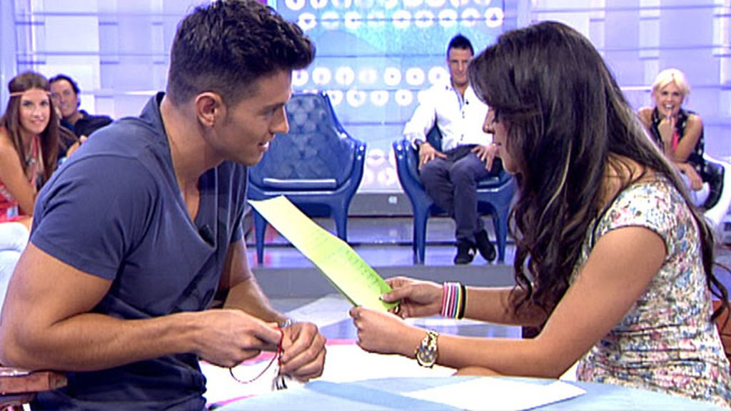Rocío hace un regalo a Curro