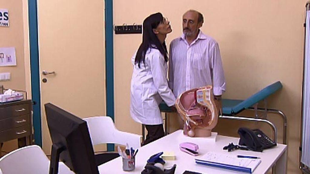 La uróloga de Enrique le explora...