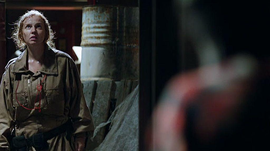 Un hombre intenta atacar a Jota en las tuberías de 'La Torre'