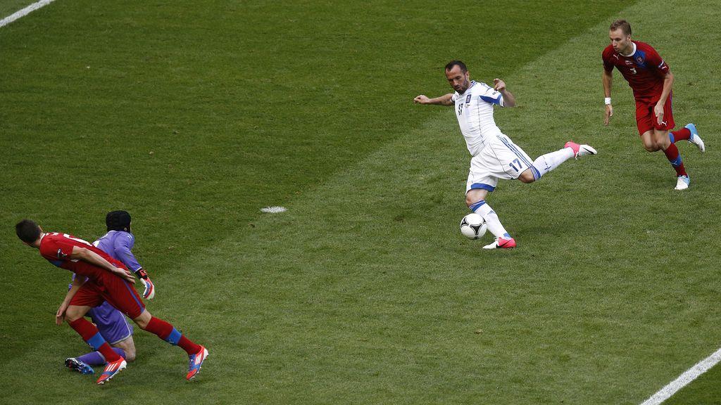 Un garrafal error de Cech permite que Grecia acorte distancias