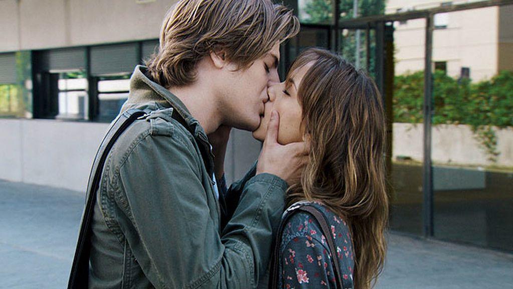 Damián besa a Valeria