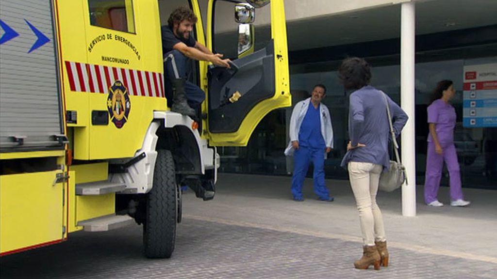 Alejandro va a buscar a Raquel en un camión de bomberos
