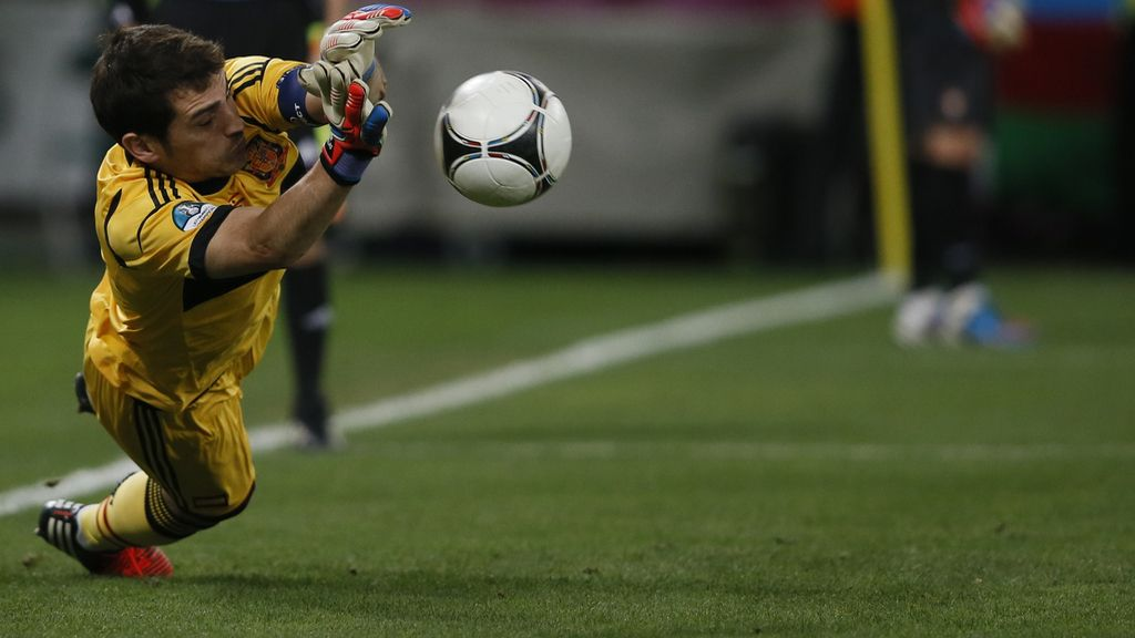 Casillas detiene el penalti de Moutinho