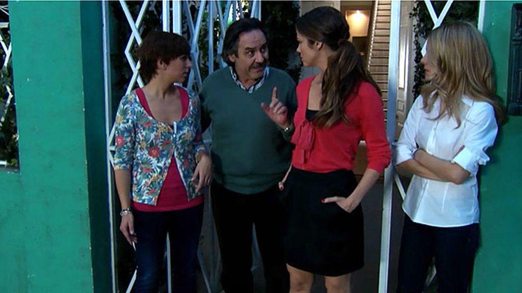 Manolo cuenta un secreto a sus hijas