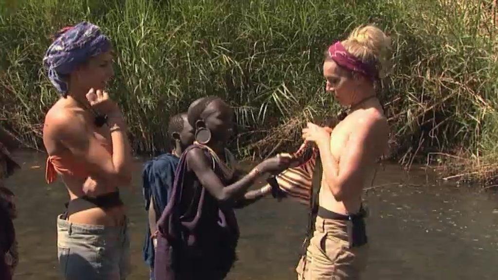 Las mujeres Navarro se bañan en el río