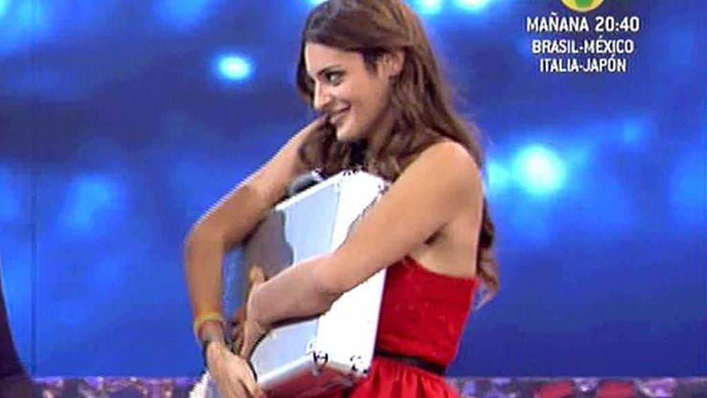 Pepe le entrega el premio a Susana