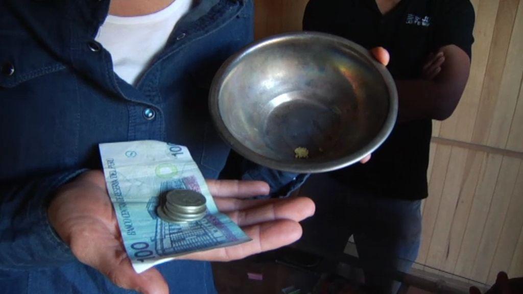 Adela cambia el oro recogido por dinero