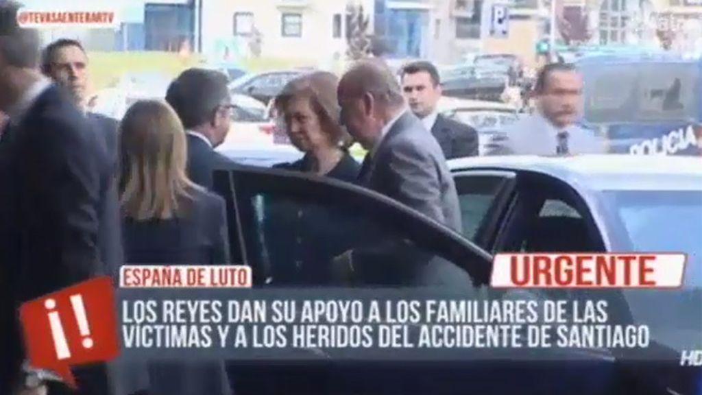 Los Reyes llegan a Santiago para dar su apoyo a los familiares de las víctimas