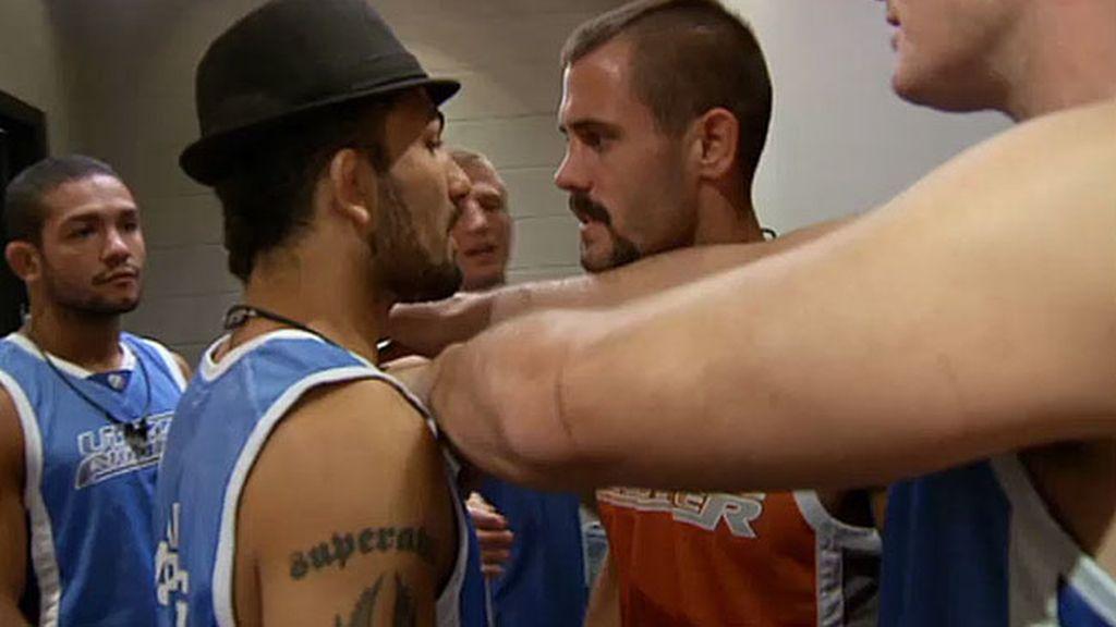 Akira y Dustin quieren pelear al margen del octógono