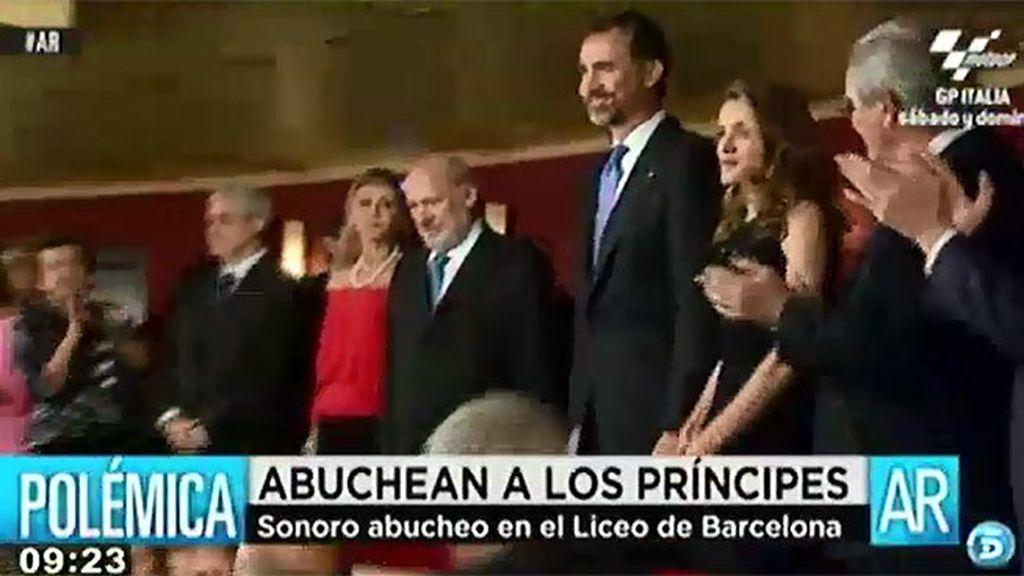 Los príncipes, abucheados en el Liceo de Barcelona