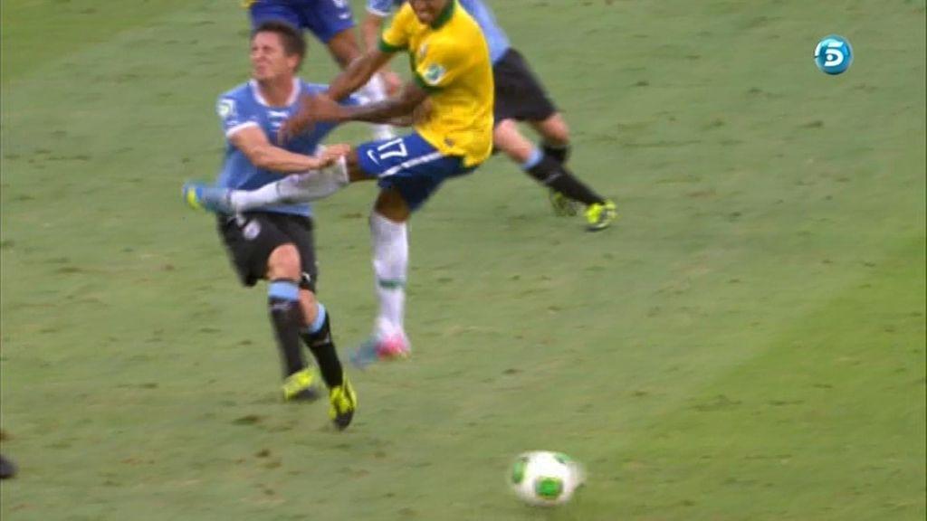 Luiz Gustavo le clava los tacos al 'Cebolla'