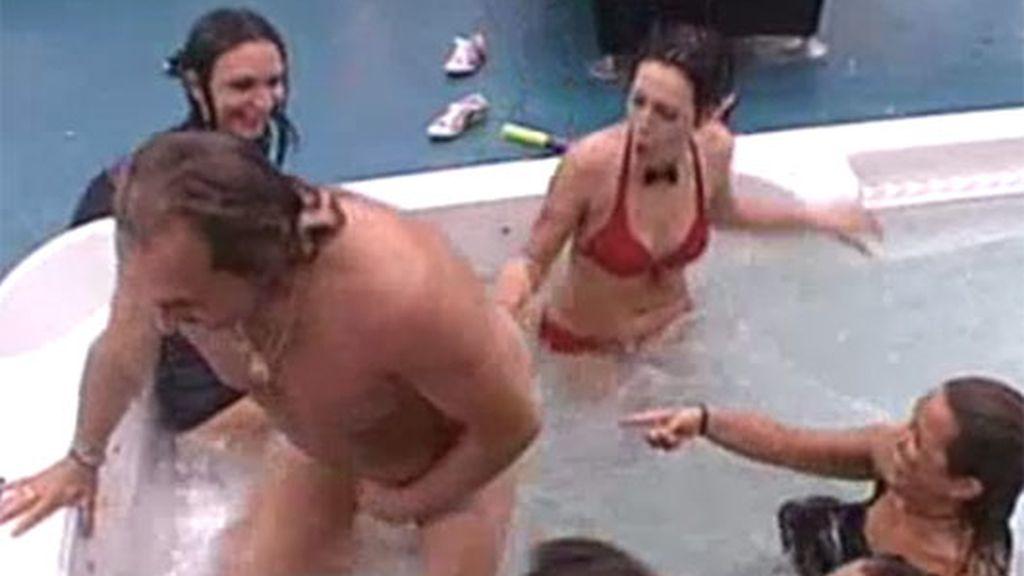 Juanmi, desnudo en el jacuzzi