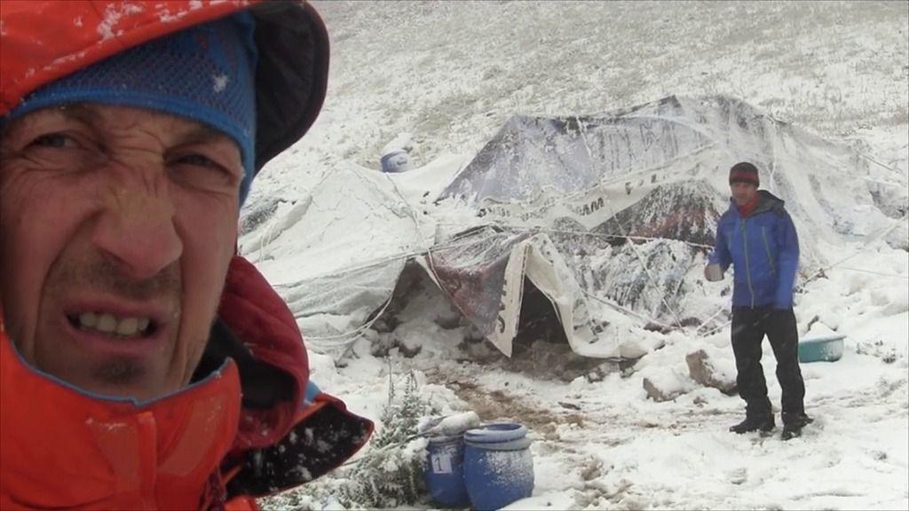 Una nevada causa estragos en el campamento base