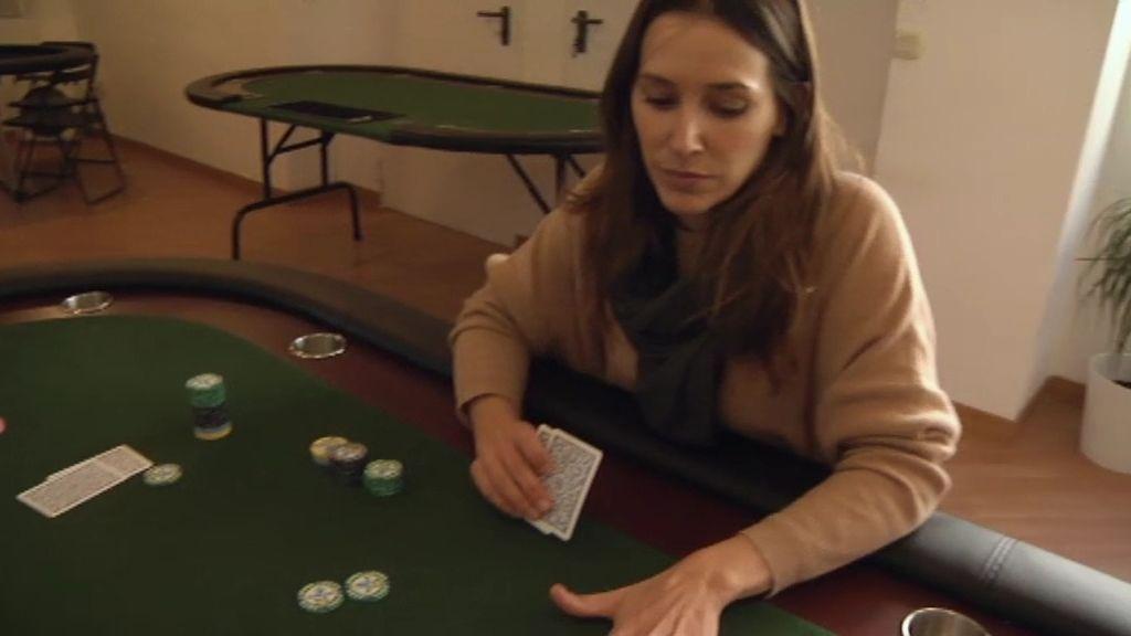 Adela aprende a jugar al póker