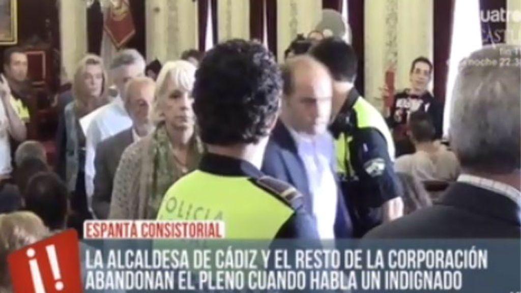 La alcaldesa de Cádiz abandona el pleno cuando un indignado toma la palabra
