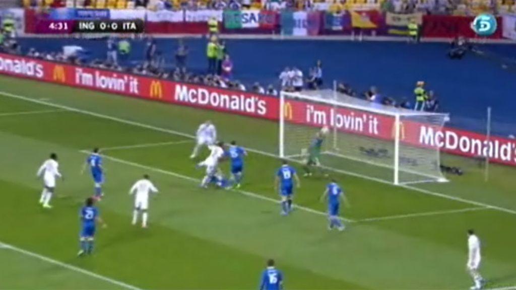 Buffon salva un gol casi seguro de Johnson