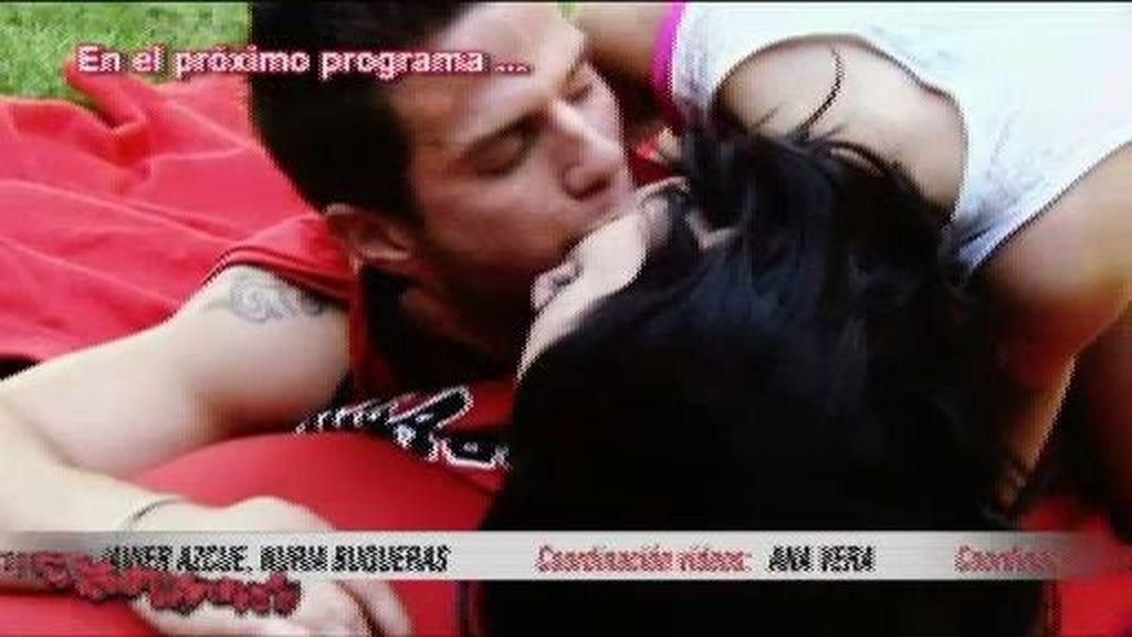 Clar se besa con Ana con la camiseta de Niky