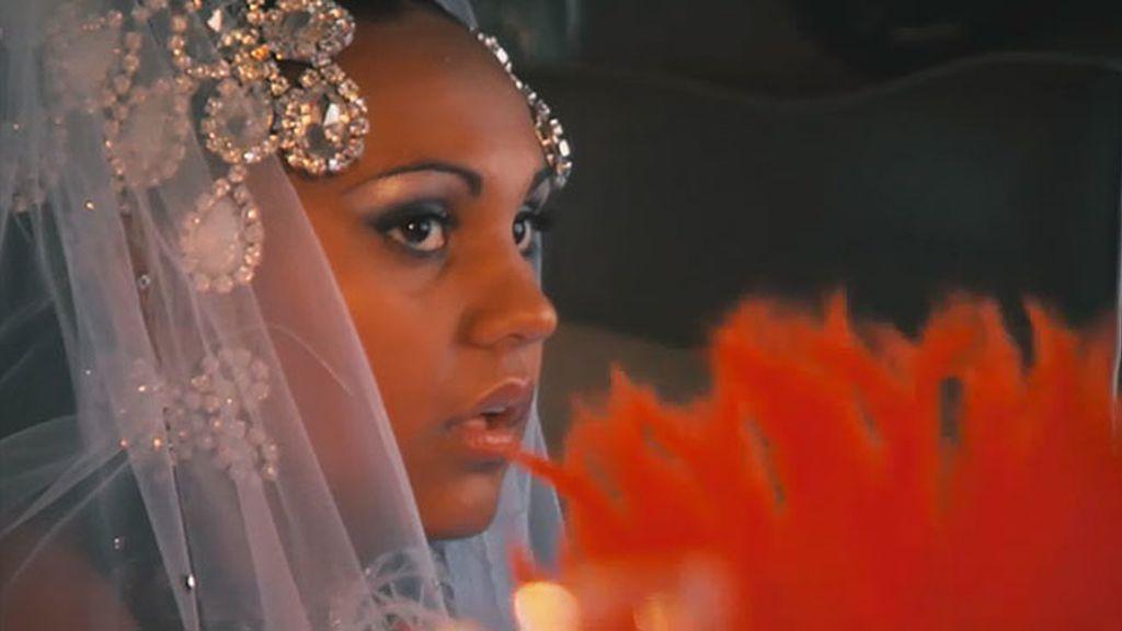 Ana, incómoda con la corona y el corpiño