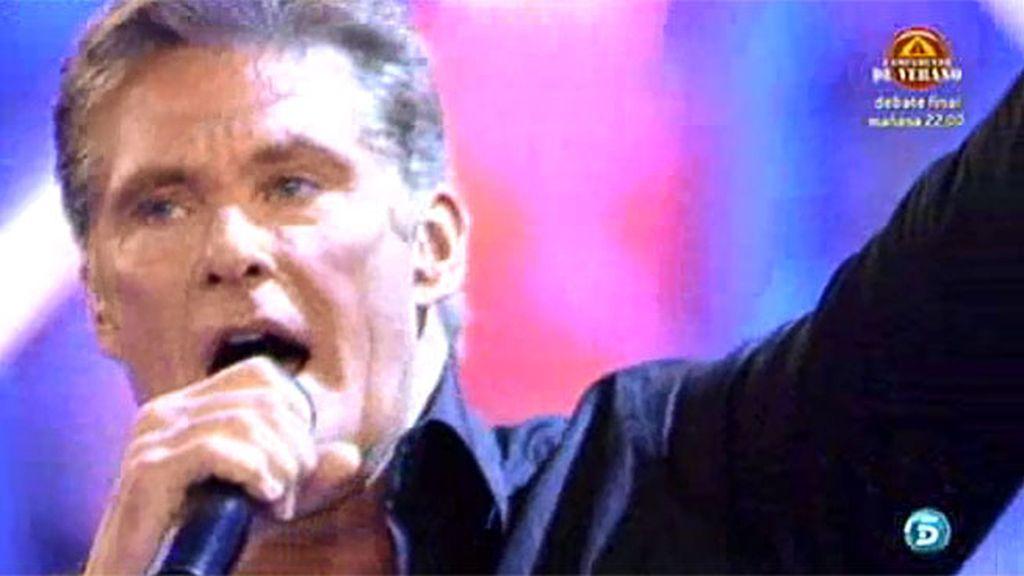 David Hasselhoff se atreve con canción en español a Paula