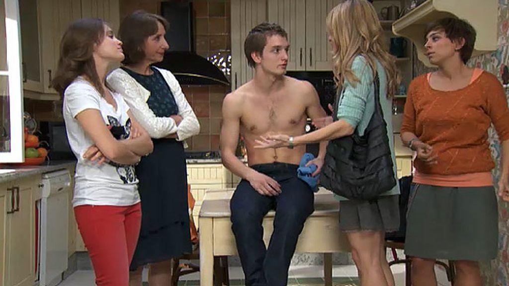 Carlota reprocha a Natalia que su amante haya pegado a su hijo
