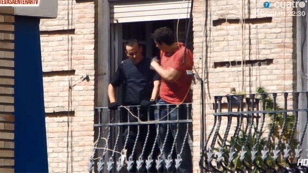 La policía negocia con un hombre armado y atrincherado en su casa
