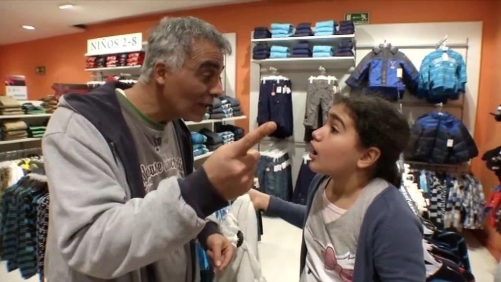 Nidal le prohíbe a su hija comprarse la ropa que le gusta
