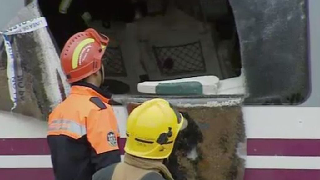 Los bomberos trabajan en la retirada de los vagones con camiones