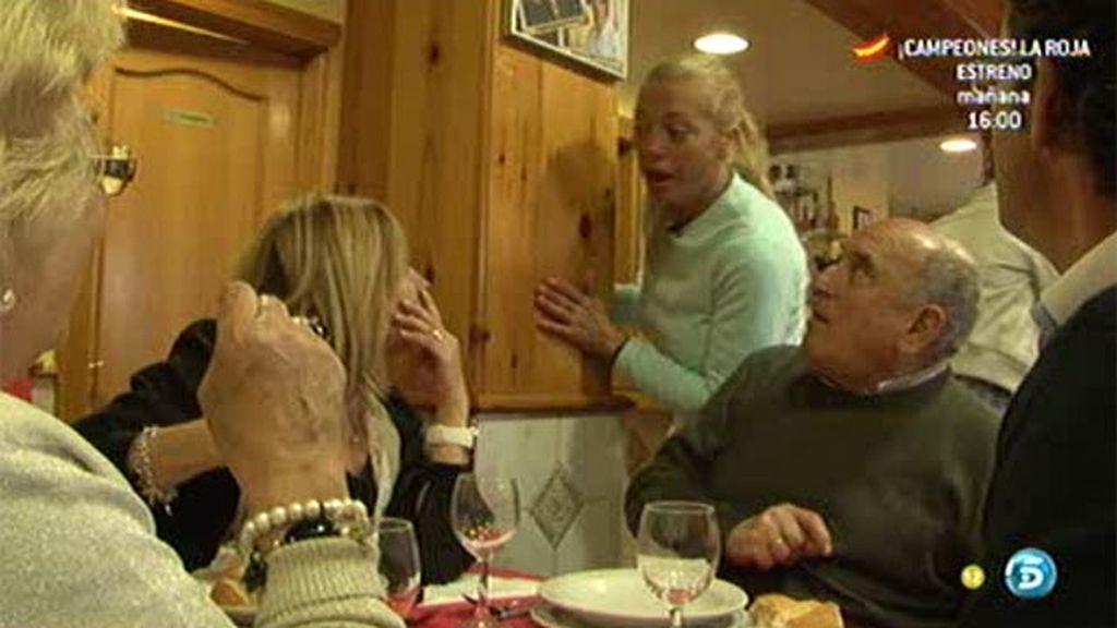 Belén Esteban, camarera en un restaurante de fabadas
