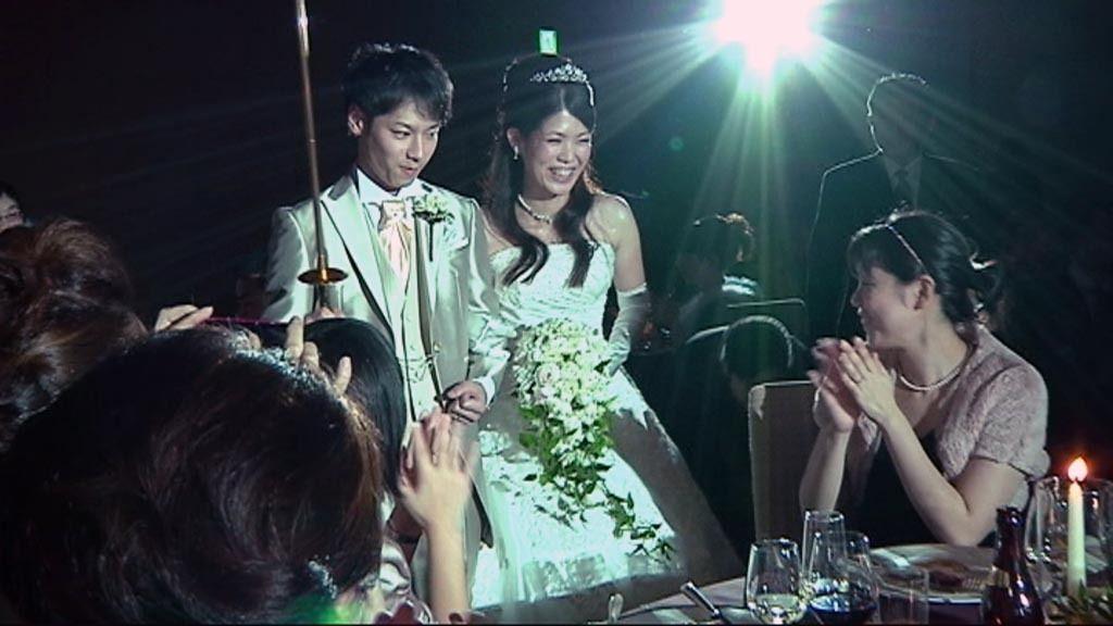 Los novios brindan con champán