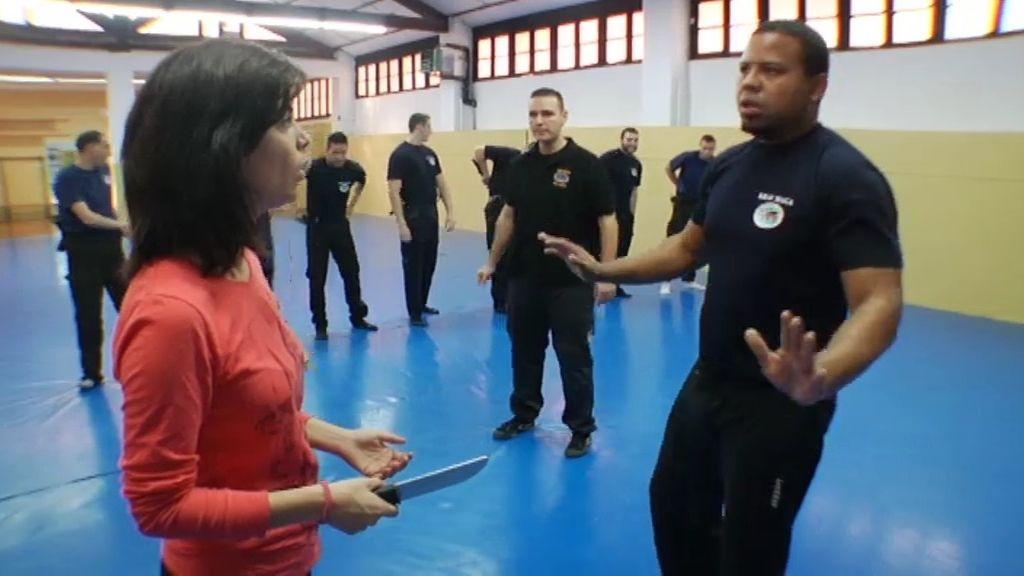 Samanta Villar acude a una clase de defensa para porteros y vigilantes