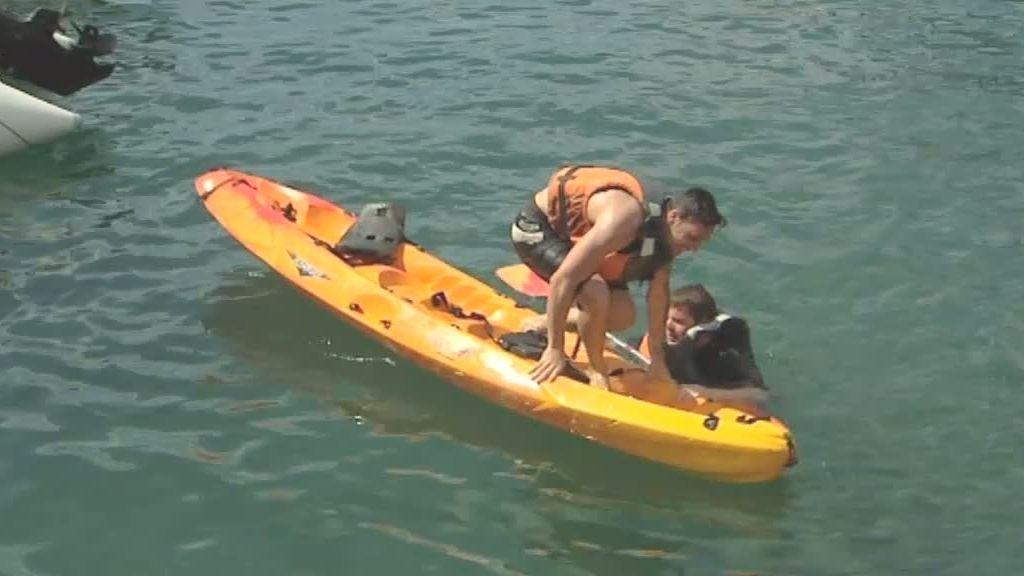 Los chicos montan en kayak