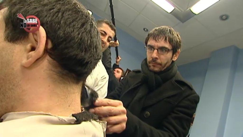 Juanra corta el pelo al concursante