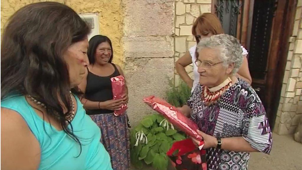 La abuela regala a las mujeres Shiwiar una bufanda