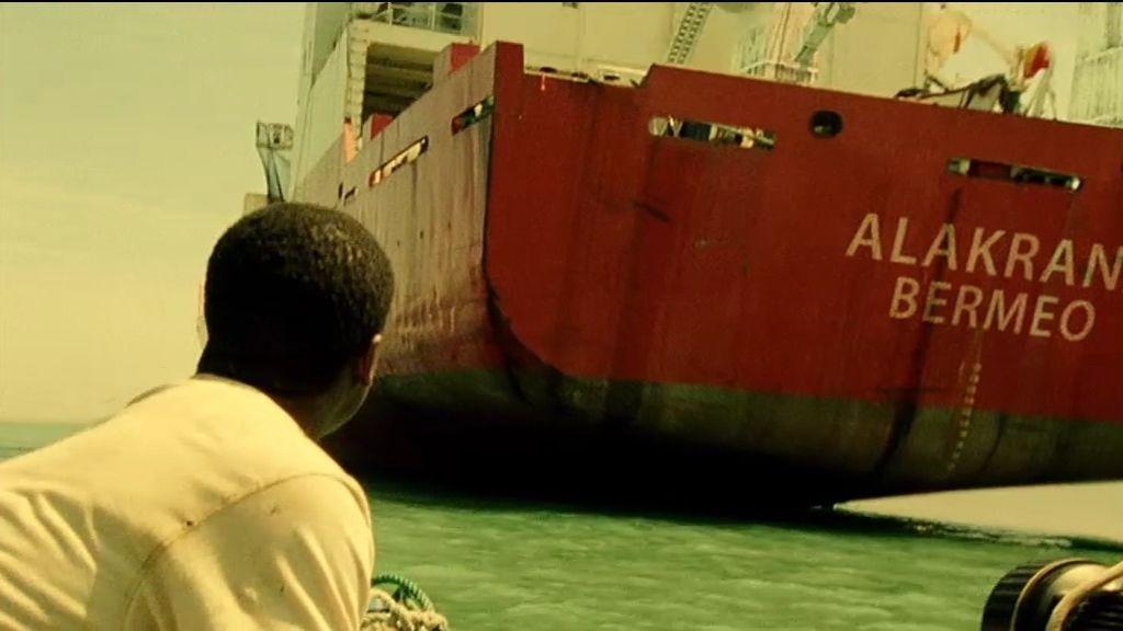 Dos jóvenes avistan el barco